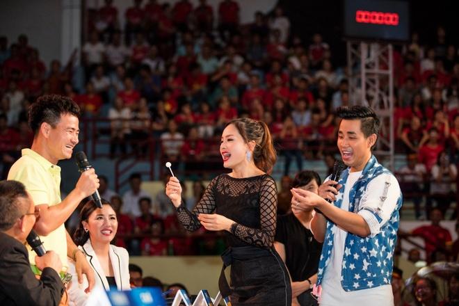 Lan Phuong do mat vi duoc Bang Kieu hon tren san khau hinh anh 5