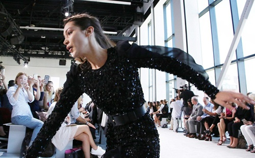 Bella Hadid nga nhao tren san dien New York Fashion Week hinh anh 3