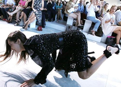 Bella Hadid nga nhao tren san dien New York Fashion Week hinh anh