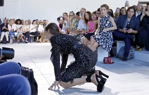 Bella Hadid nga nhao tren san dien New York Fashion Week hinh anh 5