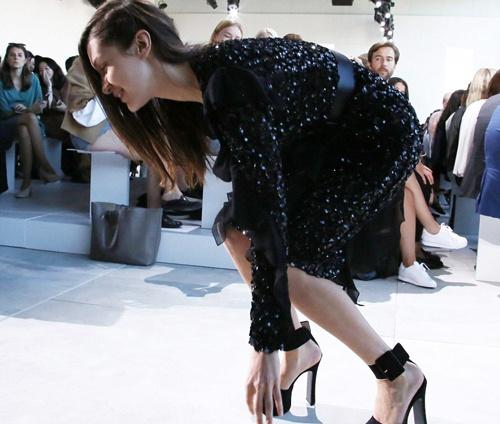 Bella Hadid nga nhao tren san dien New York Fashion Week hinh anh 6