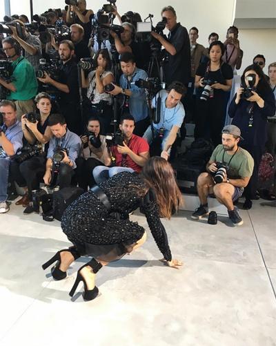 Bella Hadid nga nhao tren san dien New York Fashion Week hinh anh 7