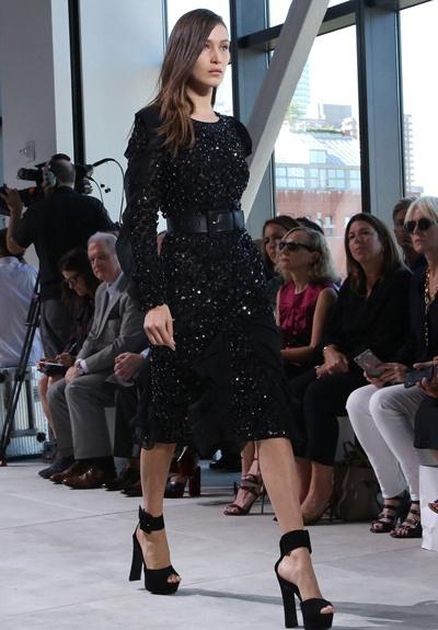 Bella Hadid nga nhao tren san dien New York Fashion Week hinh anh 2