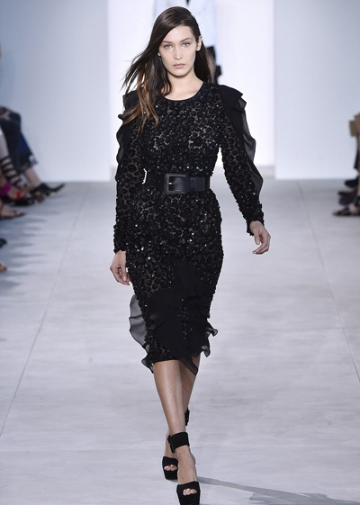 Bella Hadid nga nhao tren san dien New York Fashion Week hinh anh 1