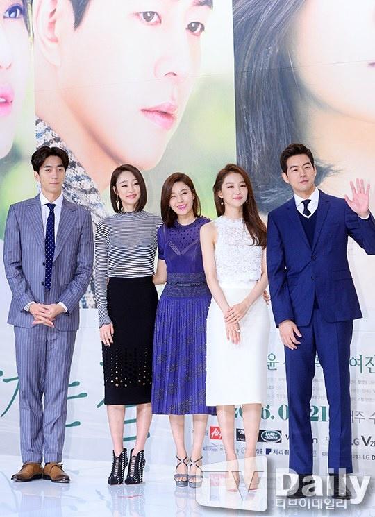 Kim Ha Neul phai long 'ong chong quoc dan' trong phim moi hinh anh 1