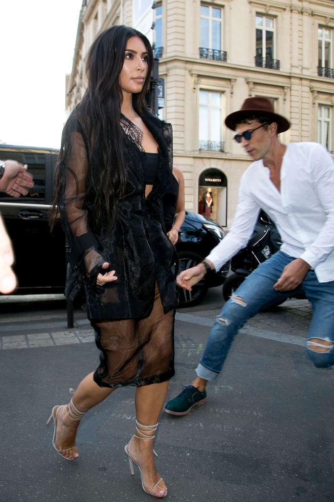 Kim Kardashian bi phong vien bien thai sam so hinh anh 3