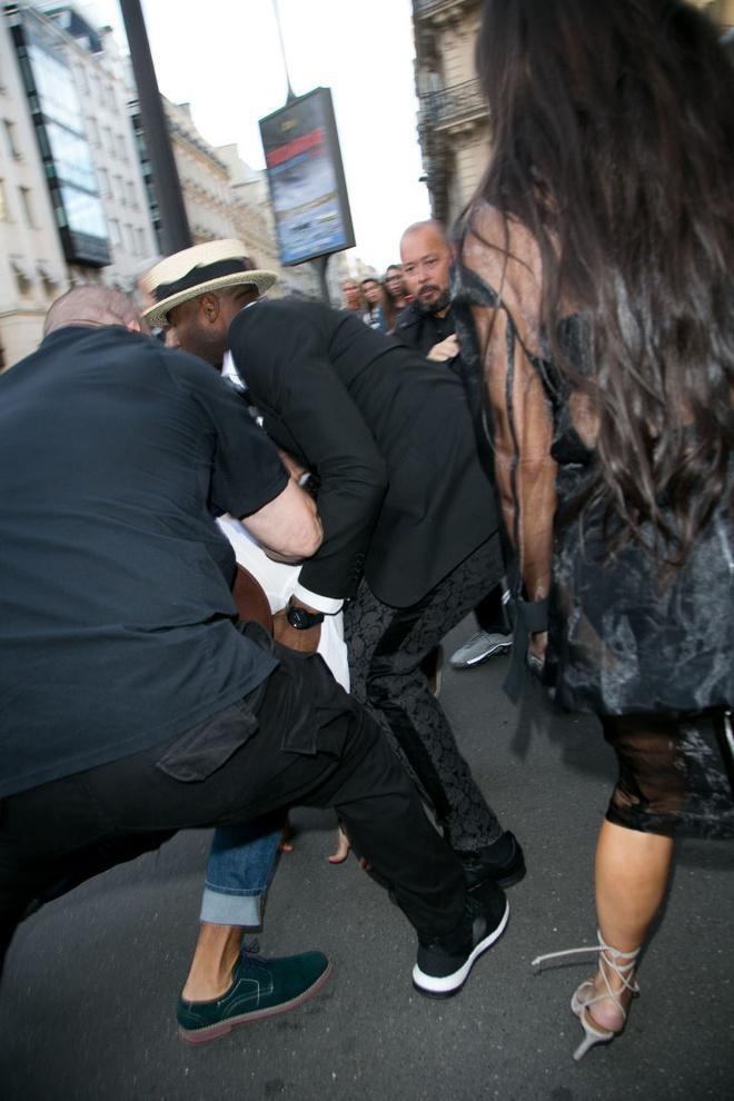 Kim Kardashian bi phong vien bien thai sam so hinh anh 4