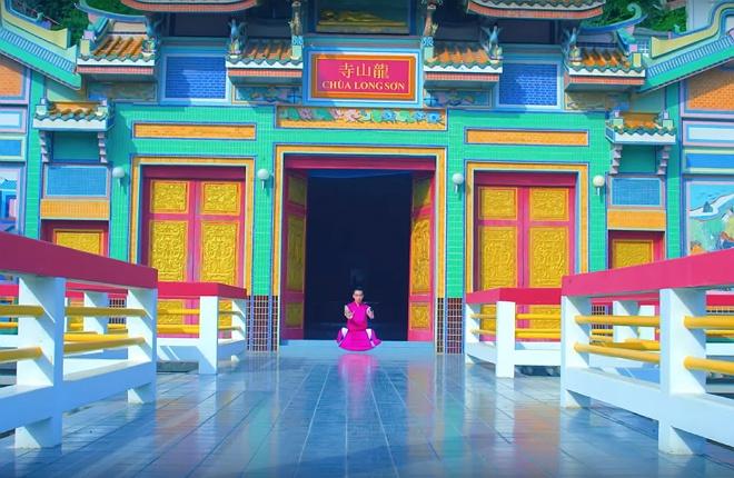 Chua Long Son xuat hien trong MV quoc te anh 1