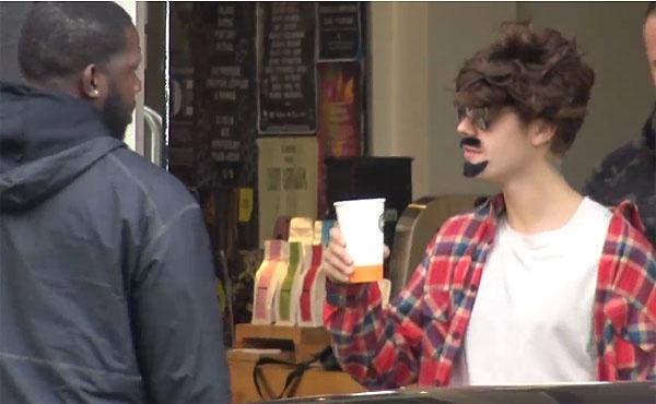 Justin Bieber bi fan phat hien deo rau nguy trang tren pho hinh anh 4