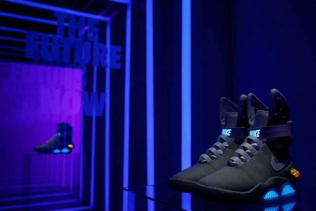 Giay Nike tu that day duoc ban dau gia 100.000 USD hinh anh 2