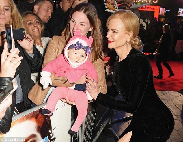 Nicole Kidman boi roi vi dien vay xe sau anh 5