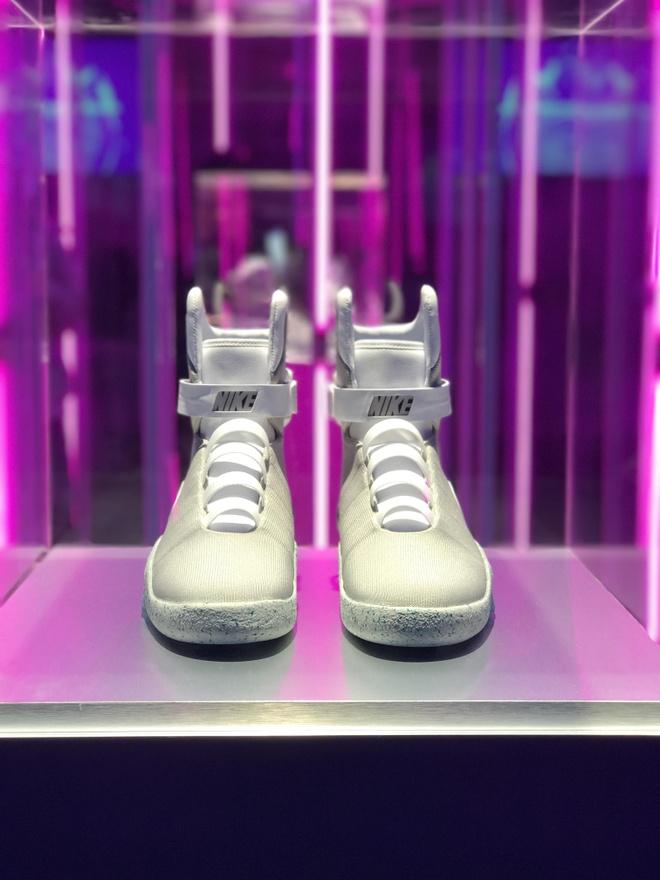 Giay Nike tu that day duoc ban dau gia 100.000 USD hinh anh 1