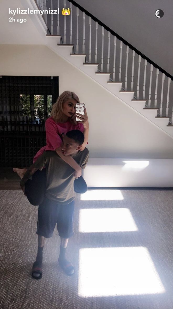 Kylie Jenner chup anh selfie voi con rieng ban trai goc Viet hinh anh 2