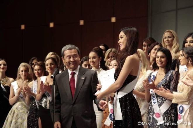 Phuong Linh duoc BTC Hoa hau Quoc te 2016 mung sinh nhat hinh anh 5