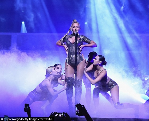 Beyonce bieu dien voi mot ben tai chay mau hinh anh 6