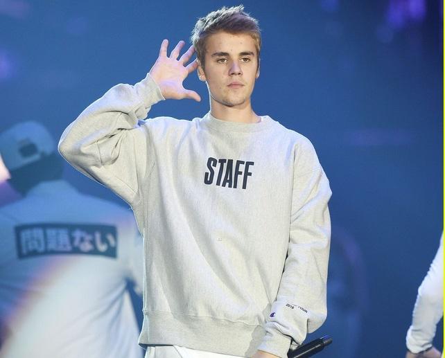 Justin Bieber bi nguoi ham mo ngo lo khi dang tam su hinh anh