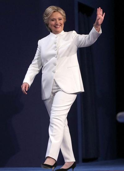 Thong diep chinh tri qua trang phuc cua Hillary Clinton hinh anh 1