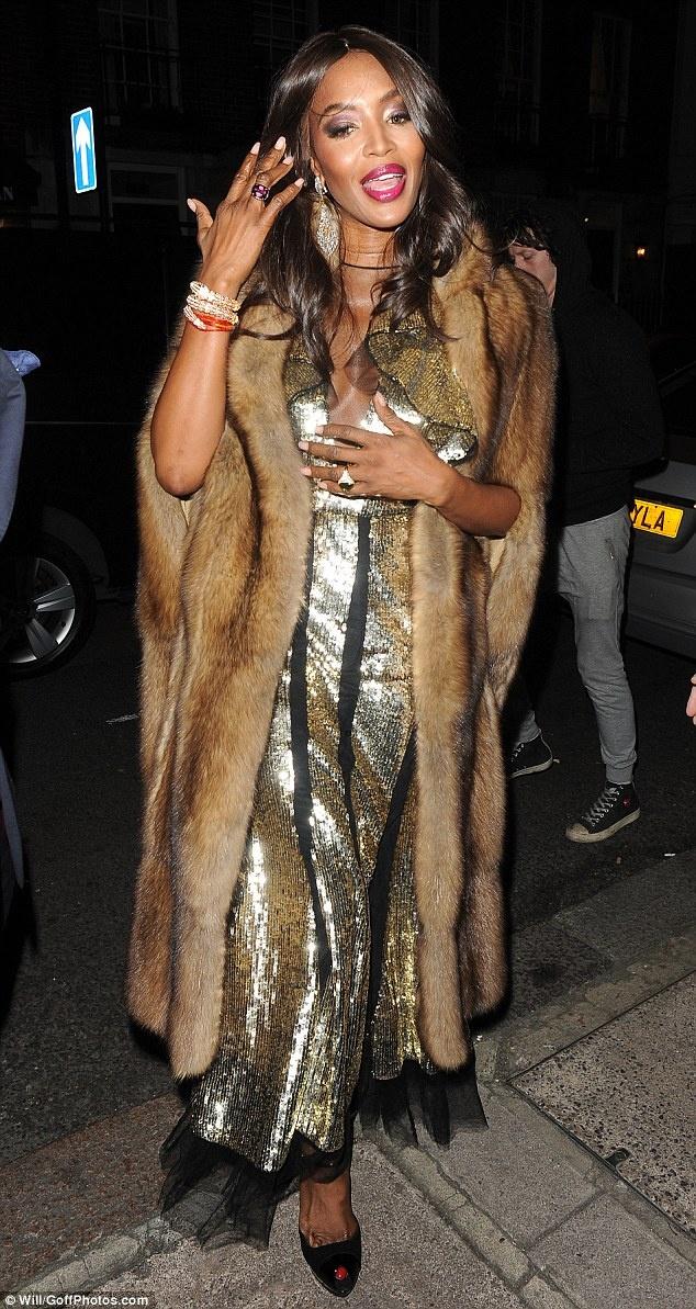 Naomi Campbell mac ao long thu sau 20 nam 'nude vi dong vat' hinh anh 3