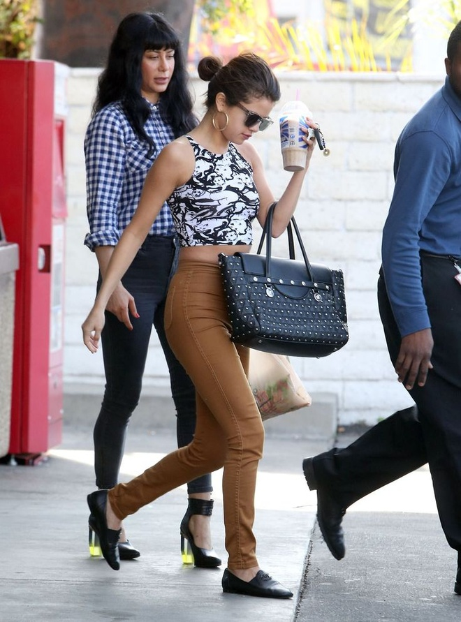 Selena Gomez nghien style khoe eo anh 8