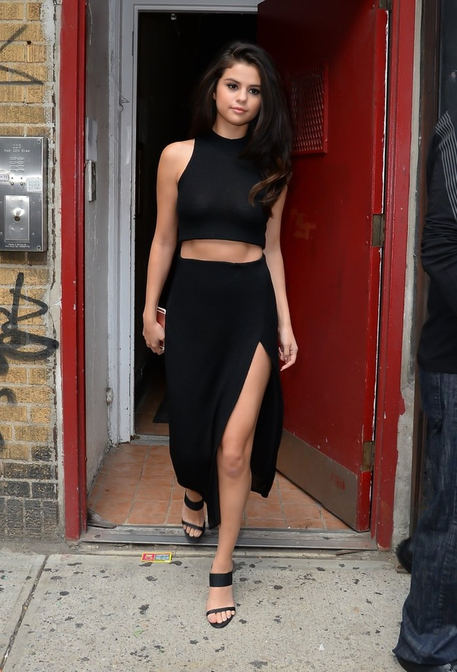 Selena Gomez nghien style khoe eo anh 7