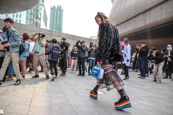 Gioi mo dieu khoe street style o Tuan le thoi trang Seoul hinh anh 3