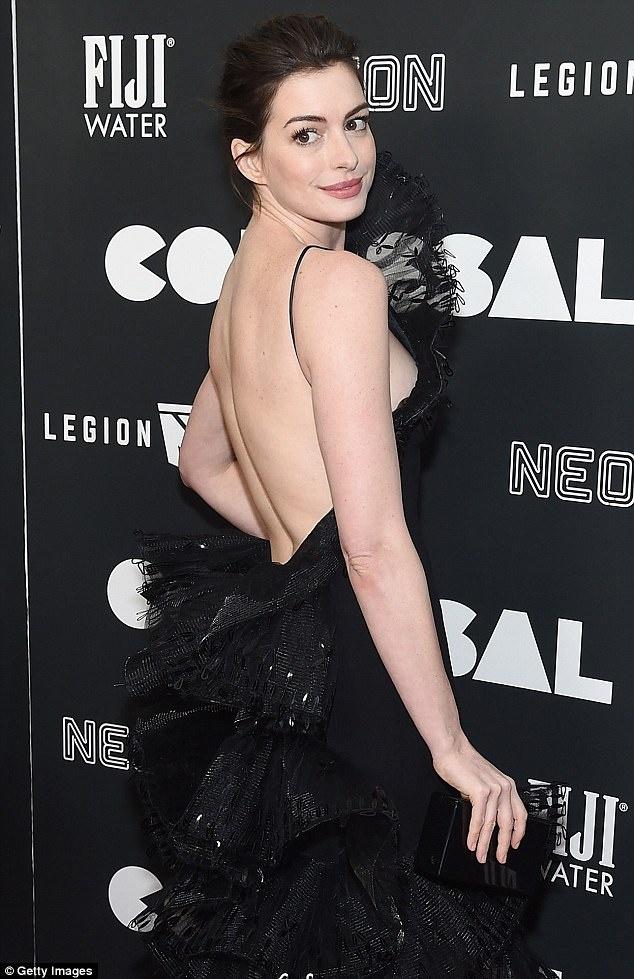 Anne Hathaway ko dam ngoi vi mac vay cau ky anh 3