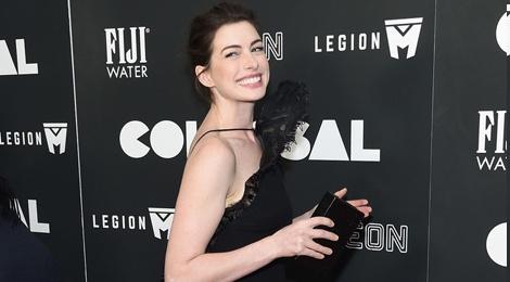Anne Hathaway ko dam ngoi vi mac vay cau ky hinh anh