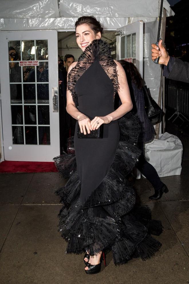 Anne Hathaway ko dam ngoi vi mac vay cau ky hinh anh 1