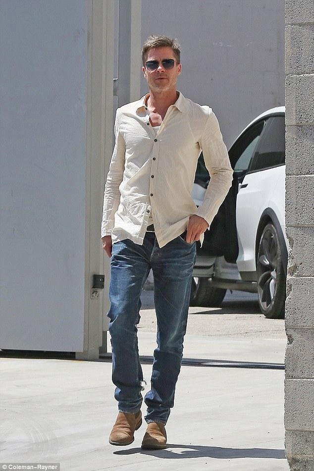 Brad Pitt xuat hien tren pho voi hinh anh tieu tuy hinh anh 1