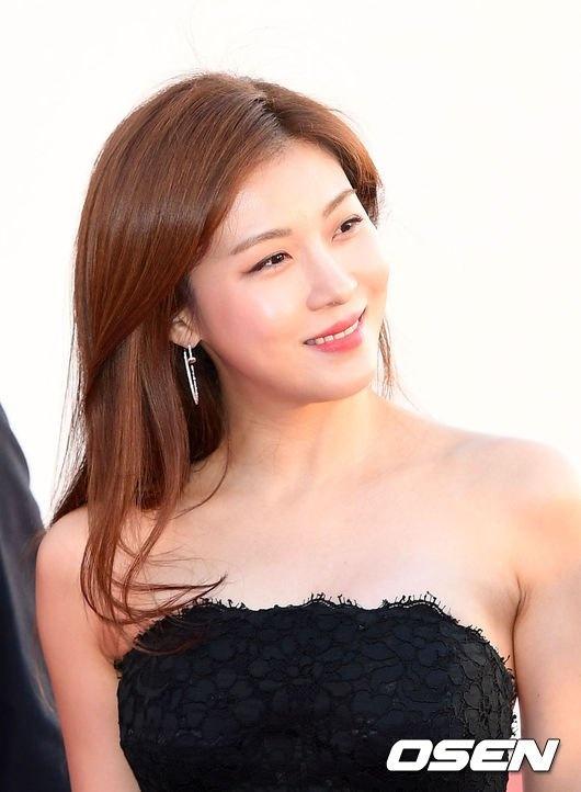 Ha Ji Won quyen ru tren tham do o tuoi U40 hinh anh 3