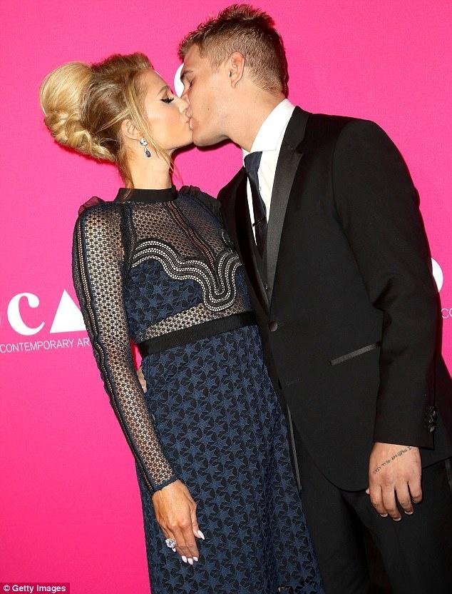 Paris Hilton gia dan hon ban trai tren tham do hinh anh 2