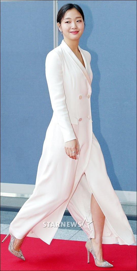 Kieu nu Suzy va Yoona do sac voc tren tham do hinh anh 12