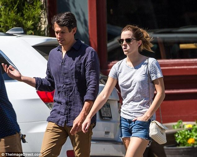 Emma Watson gian di dao pho voi ban trai doanh nhan hinh anh 4