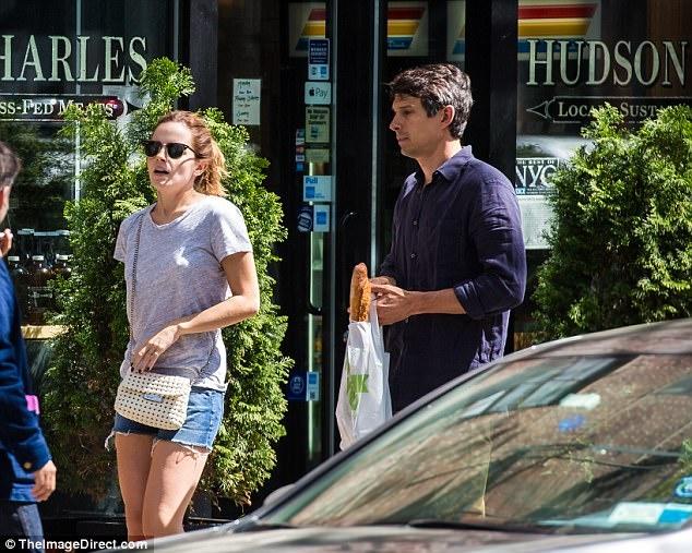 Emma Watson gian di dao pho voi ban trai doanh nhan hinh anh 3
