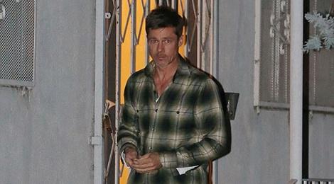 Brad Pitt lai xuat hien voi dien mao tieu tuy tren pho hinh anh