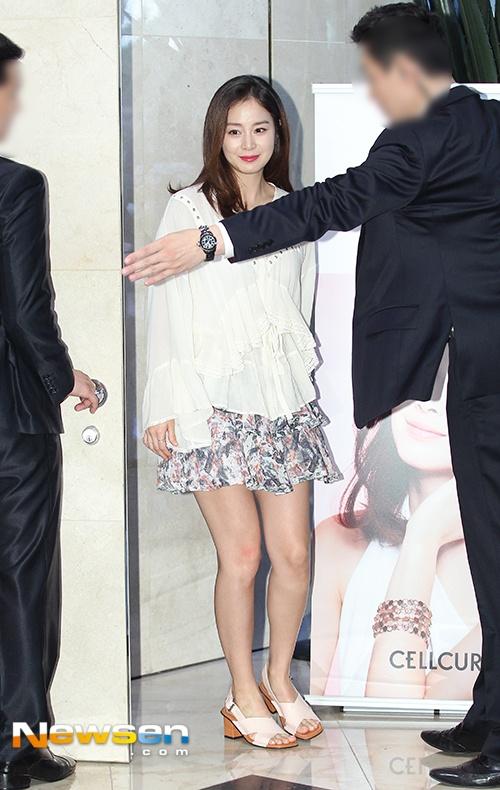 Kim Tae Hee dien ao rong giau bung bau hinh anh 1
