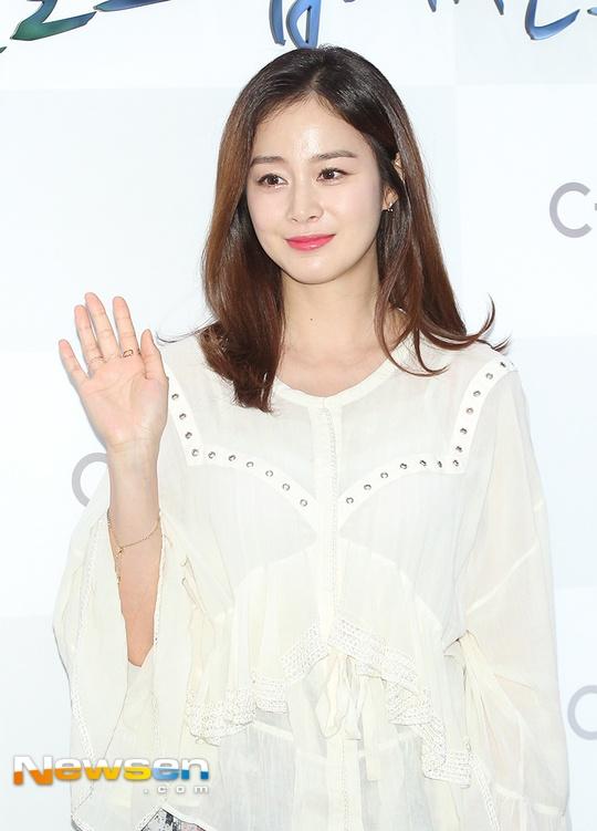 Kim Tae Hee dien ao rong giau bung bau hinh anh 3
