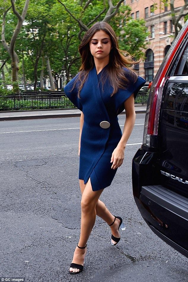 Selena Gomez bien hoa voi 5 bo vay chi trong mot ngay hinh anh 1