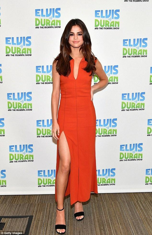 Selena Gomez bien hoa voi 5 bo vay chi trong mot ngay hinh anh 2