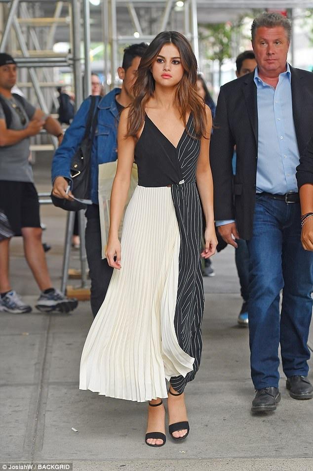 Selena Gomez bien hoa voi 5 bo vay chi trong mot ngay hinh anh 5