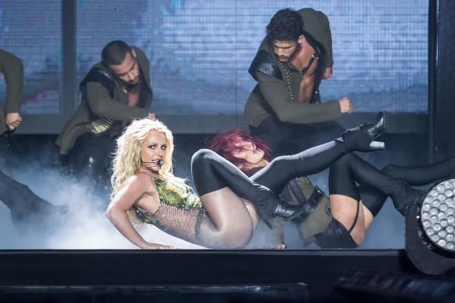 Britney Spears bieu dien live tang ve si sau khi bi chi trich hat nhep hinh anh 1