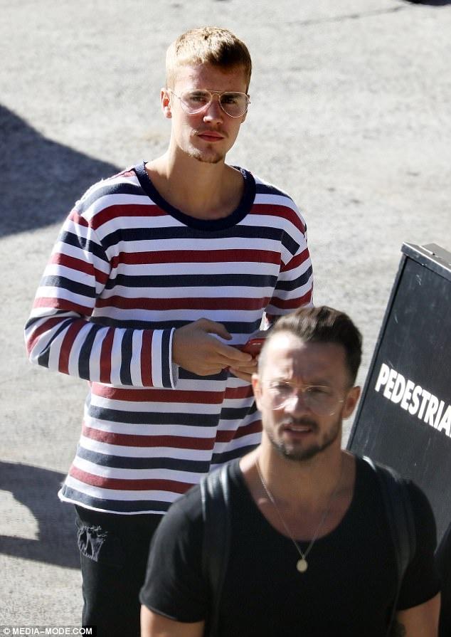 Justin Bieber xuong sac, mac ao co My chao mung quoc khanh hinh anh 1