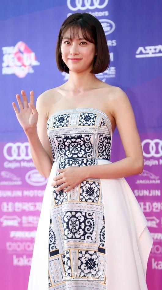 Dan my nhan dien anh Han khoe sac tai tham do The Seoul Awards anh 6