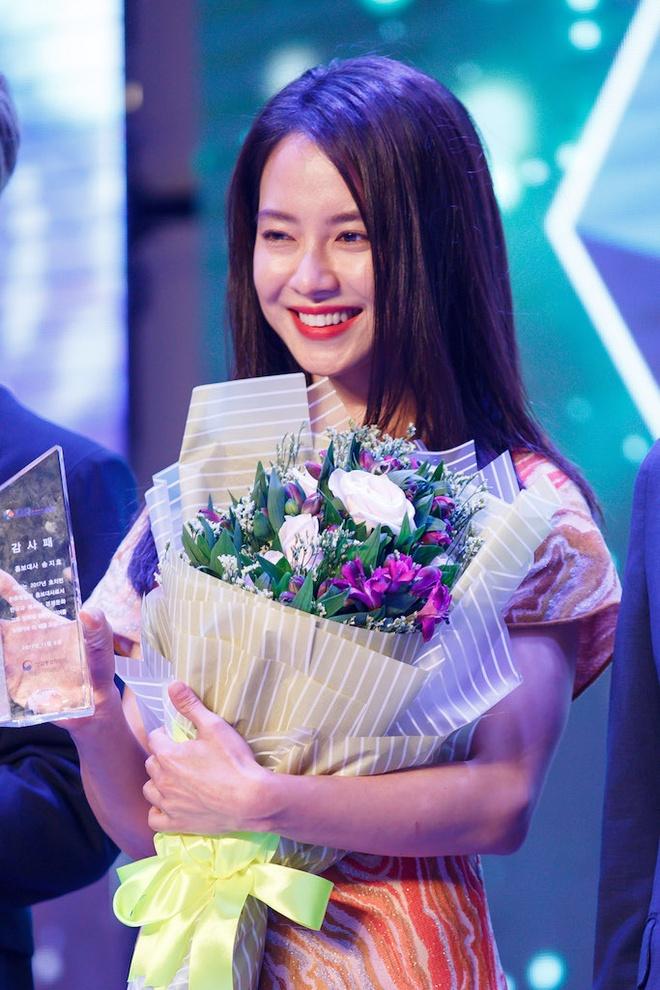 Song Ji Hyo va iKon xuat hien rang ro tai Viet Nam hinh anh 3