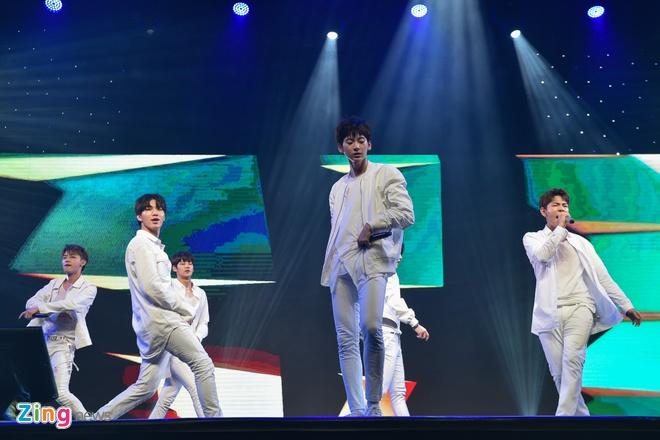T-Ara, TEEN TOP cung Soobin Hoang Son hoi tu tren san khau hinh anh 2