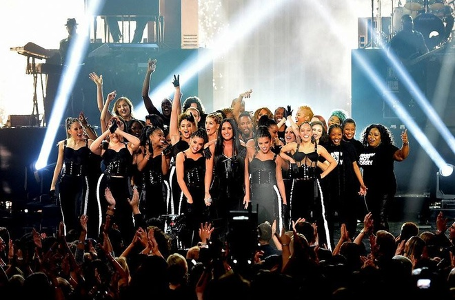 Loat san khau dac sac tai le trao giai America Music Awards 2017 hinh anh 7