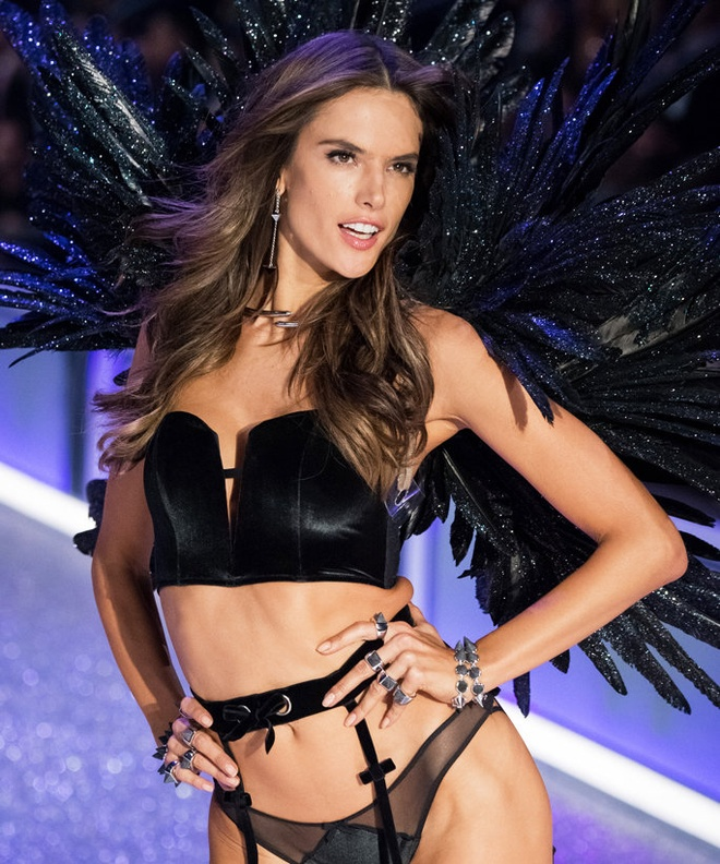 Chang duong 17 nam cung Victoria's Secret cua Alessandra Ambrosio hinh anh 15