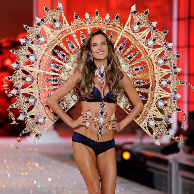 Chang duong 17 nam cung Victoria's Secret cua Alessandra Ambrosio hinh anh 10