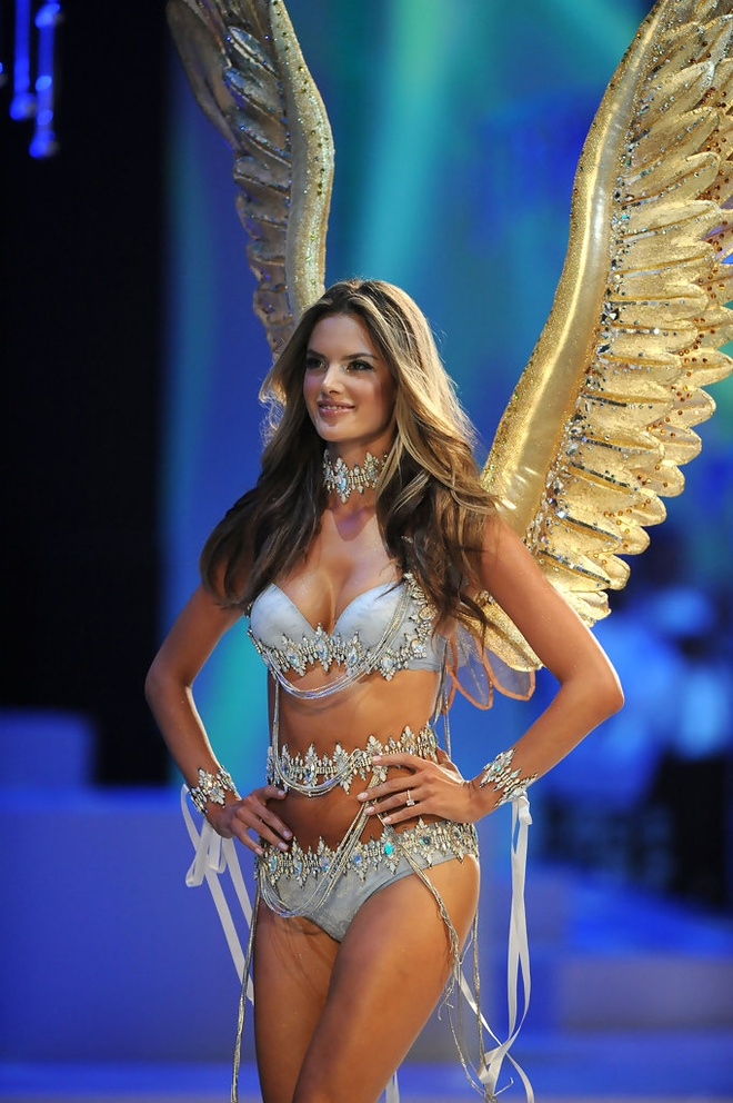 Chang duong 17 nam cung Victoria's Secret cua Alessandra Ambrosio hinh anh 7