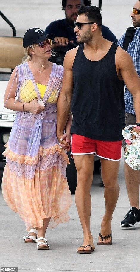 Britney Spears mac bikini, om chat ban trai kem tuoi tren bien hinh anh 8